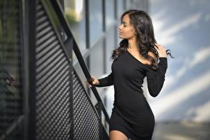 Hintergrundbilder Brünette Kleid Pose Hand Neger Mädchens