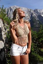 Bureaubladachtergronden Cara Mell Blonde Poseren Shorts Glimlach Buik hips jonge vrouw