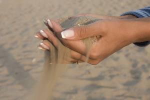Bureaubladachtergronden Close-up Handen Zand Manicure