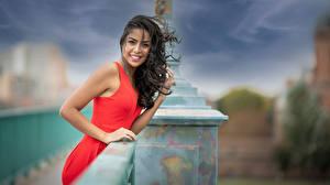 Bilder Unscharfer Hintergrund Lächeln Kleid Hand Haar Starren Fatim junge frau