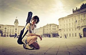 Bilder Frankreich Platz Paris Brünette Kopfhörer Brille Gitarre Sitzend Mädchens