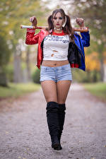 Hintergrundbilder Harley Quinn Held Cosplay Shorts T-Shirt Jacke Bein Stiefel Baseballschläger Blick Unscharfer Hintergrund Christine junge frau