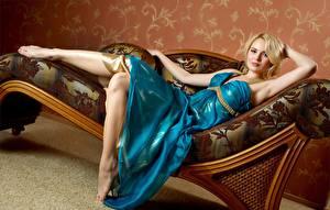 Bilder Liegen Blondine Kleid Hand Mädchens