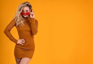 Tapety Natalia Kalashnikov Sukienka Okulary Spojrzenie Kolorowe tło Dziewczyny zdjęcia zdjęcie