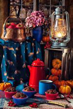 Hintergrundbilder Stillleben Petroleumlampe Äpfel Blumensträuße Hortensien Kürbisse Törtchen Kaffee Weidenkorb Becher Wilde rosafarbene frücht Blumen