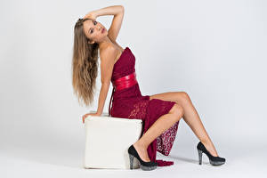 Fotos Kleid Sitzend Bein High Heels Starren Pose Anna Mädchens