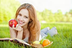 Hintergrundbilder Äpfel Gras Bücher Liegt Blick Lächeln Braunhaarige Mädchens