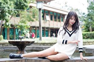 Bilder Asiatische Bokeh Sitzt Sweatshirt Hand Bein Mädchens
