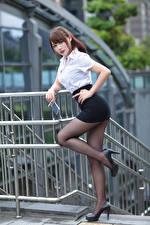 Fotos Asiatische Pose Bein Rock Stöckelschuh Bluse Starren junge frau