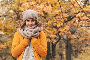 Картинка Осень Размытый фон Взгляд В шапке Шарфе Шатенки девушка