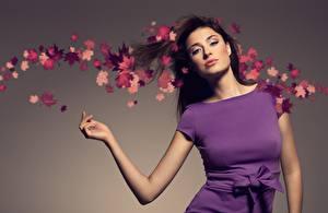 Bilder Herbst Grauer Hintergrund Blatt Brünette Blick Hand Kleid Schleife Posiert Mädchens