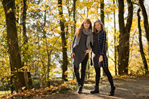 Fotos Herbst Zwei Lächeln Bäume Stefanie, Laura Mädchens