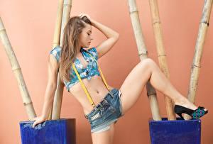 Hintergrundbilder Braunhaarige Posiert Bauch Hand Shorts Bein Mädchens