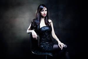 Fonds d'écran Cheveux noirs Fille Les robes Voir Main S'asseyant jeunes femmes