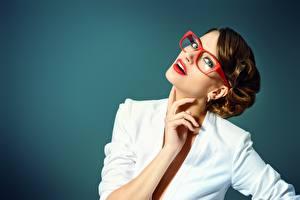 Fotos Farbigen hintergrund Brille Blick Braunhaarige Hand Rote Lippen