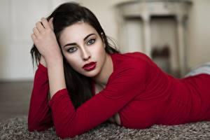 Bureaubladachtergronden Jurk Brunette meisje Kijkt Handen Onscherpe achtergrond Rode lippen jonge vrouw