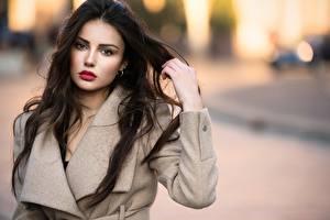 Fotos Ester Merja Brünette Starren Hand Mantel Unscharfer Hintergrund Model Luigi Malanetto junge Frauen