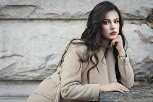 Bureaubladachtergronden Ester Merja Kijkt Handen Overjas Brunette meisje Luigi Malanetto Jonge_vrouwen