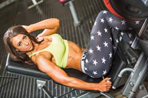 Hintergrundbilder Fitness Braune Haare Starren Hand Muskeln Ruhen Mädchens