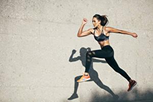 Bilder Fitness Wand Schatten Brünette Sprung Hand Bein Mädchens
