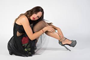 Hintergrundbilder Sitzend Kleid Stöckelschuh Bein Starren Grauer Hintergrund Giorgia Mädchens