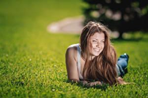 Hintergrundbilder Gras Braune Haare Liegt Bokeh Lächeln Nett junge frau