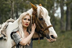 Tapety na pulpit Konie Wojownik Dwoje Blondynka Zbroja Spojrzenie Ręce młode kobiety