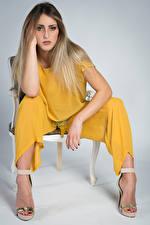 Fonds d'écran Model Chaise Assises Main Voir Irene