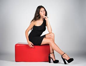 Hintergrundbilder Model Sitzend Kleid Bein Blick Pose Margherita