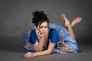 Fotos Brünette Liegen Kleid Blick Hand Martina