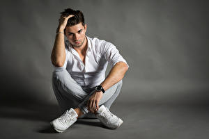 Bilder Mann Armbanduhr Sitzend Hemd Hand