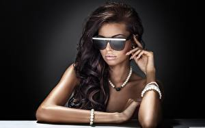 Hintergrundbilder Halsketten Schmuck Brünette Brille Hand Glamour Haar
