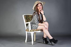 Bilder Sitzt Stühle Kleid Bein Der Hut Starren Samanta Mädchens