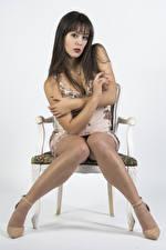 Hintergrundbilder Stühle Sitzend Bein Kleid Blick Vittoria junge Frauen
