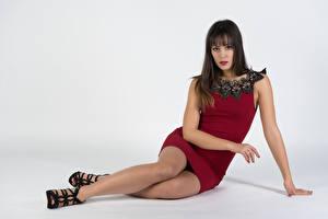 Fotos Model Sitzen Kleid Bein Starren Vittoria Mädchens
