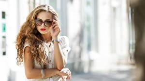 Bilder Armbanduhr Bokeh Hand Brille Haar junge Frauen