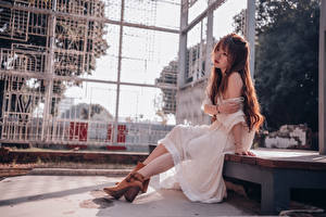 Tapety na pulpit Azjaci Sukienka Siedzi Brązowowłosa dziewczyna dziewczyna