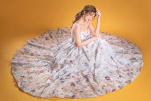 Fonds d'écran Asiatique Les robes S'asseyant Arrière-plan coloré Filles images
