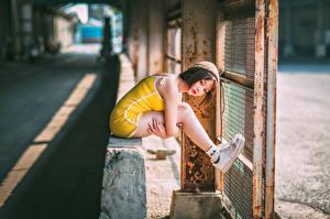 Tapety na pulpit Azjaci Siedzą Rozmazane tło Nogi Czapki młode kobiety