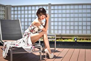 Tapety na pulpit Azjatycka Siedzą Sukienka Nogi Buty na obcasie Wzrok młoda kobieta