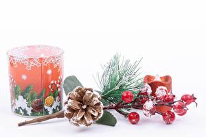 Bilder Neujahr Beere Kerzen Weißer hintergrund Ast Zapfen Schnee