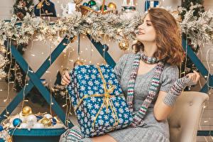 Hintergrundbilder Neujahr Braune Haare Geschenke Sitzen Schal Hand Ast Kugeln junge Frauen