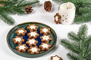 Hintergrundbilder Neujahr Kerzen Kekse Weißer hintergrund Ast Zapfen Design Lebensmittel