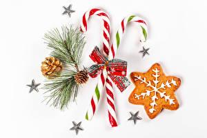 Fotos Neujahr Kekse Dauerlutscher Weißer hintergrund Ast Zapfen Kleine Sterne Schleife Lebensmittel