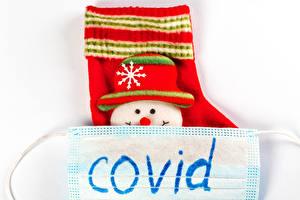Bilder Neujahr Coronavirus Masken Weißer hintergrund Socken Schneemänner Der Hut Englischer Wort COVID