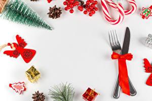 Fotos Neujahr Messer Dauerlutscher Beere Vorlage Grußkarte Weißer hintergrund Essgabel Schleife Tannenbaum Zapfen Geschenke