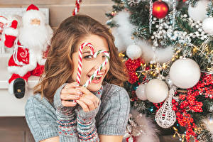Bilder Neujahr Dauerlutscher Finger Braunhaarige Kugeln Herz Lächeln Weihnachtsmann Mädchens