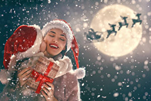 Hintergrundbilder Neujahr Mutter Hirsche Kleine Mädchen Mond Geschenke Schnee Mütze Weihnachtsmann