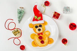 Image Christmas Hotcake Teddy bear Creative Berry Gray background Plate Winter hat Christmas tree Balls Present Food