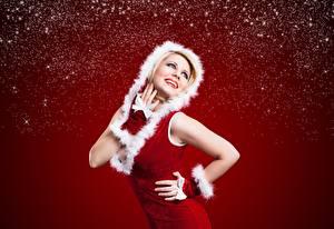 Bilder Neujahr Posiert Lächeln Hand Kapuze Roter Hintergrund junge Frauen